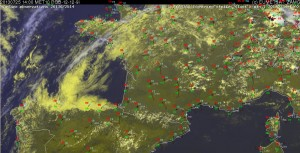 Fig. 6: Nowcast display at 1400 UTC Thu 25 July 2013: E-View satellite image, SYNOP reports and lightning detections within the last 15 minutes.